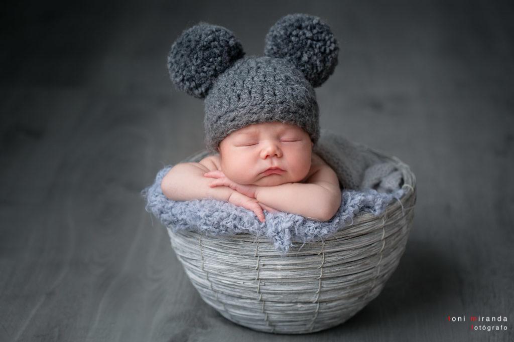 Recien nacido durmiendo en cesta