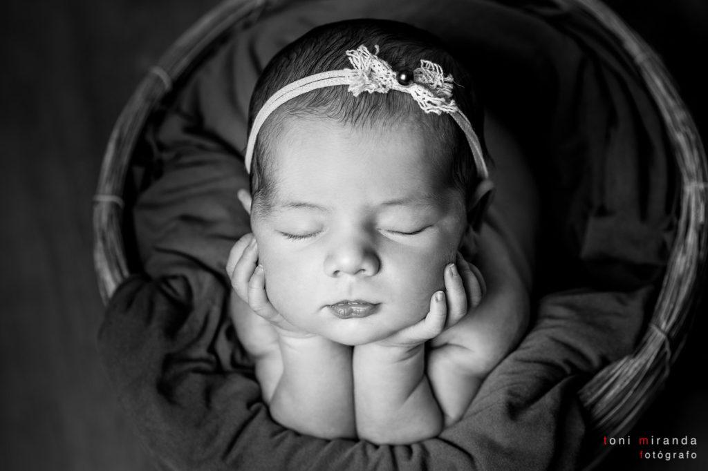 Newborn apoyadita sobre sus brazos