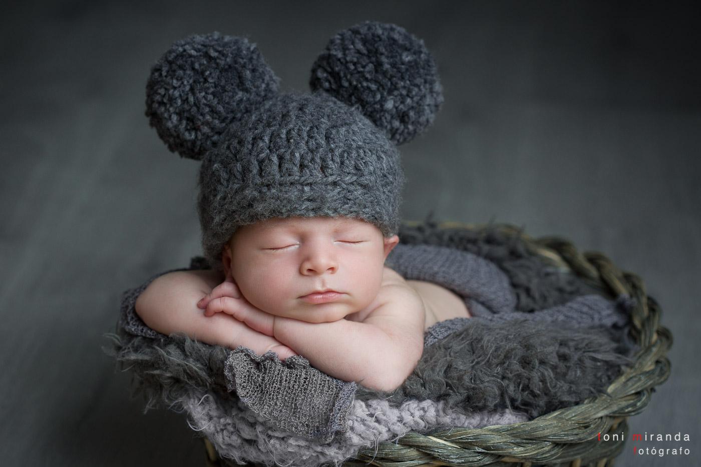 Recien nacido durmiendo dentro de cesta
