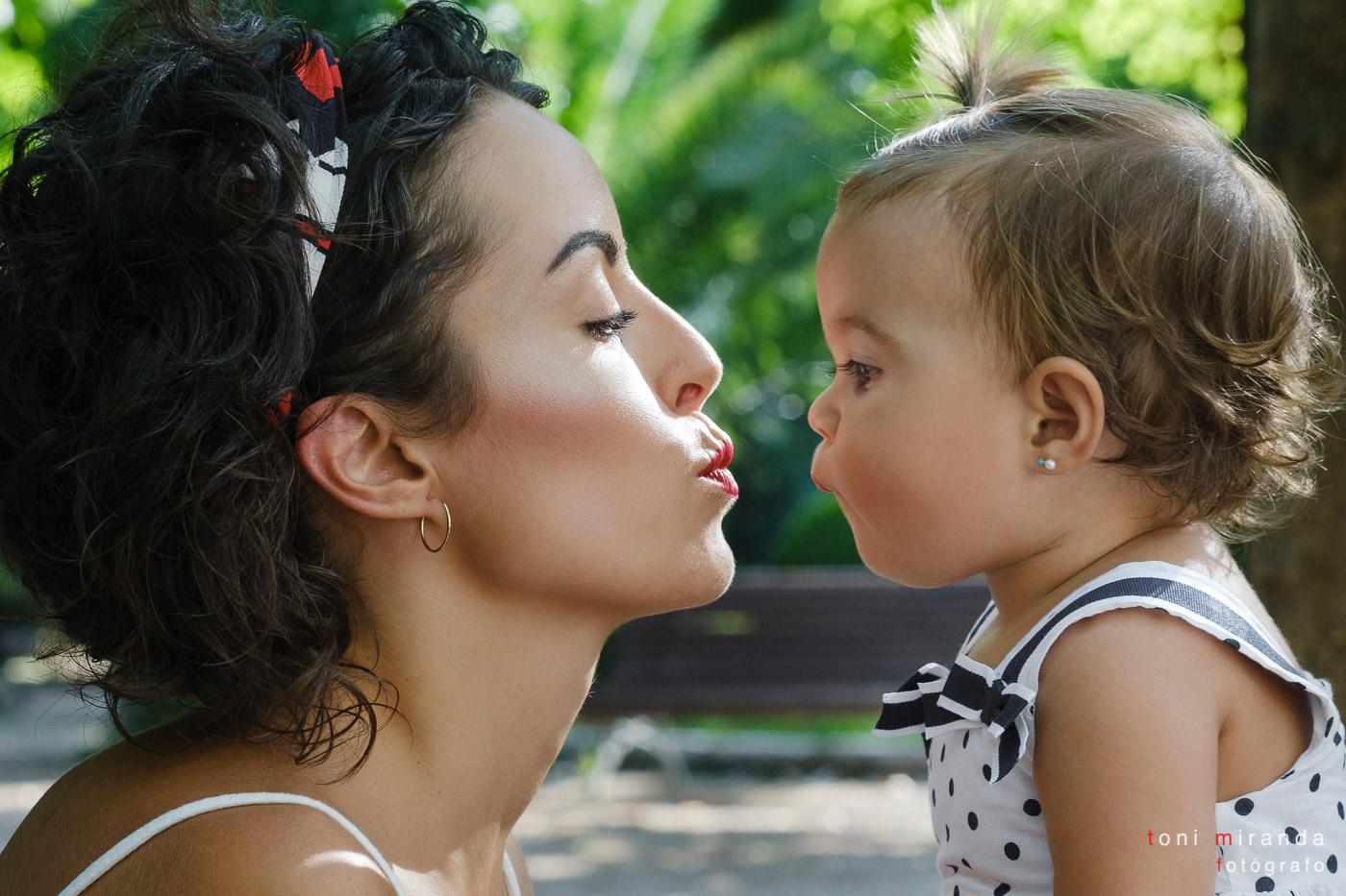 Bonito momento entre madre e hija durante sesion fotografia