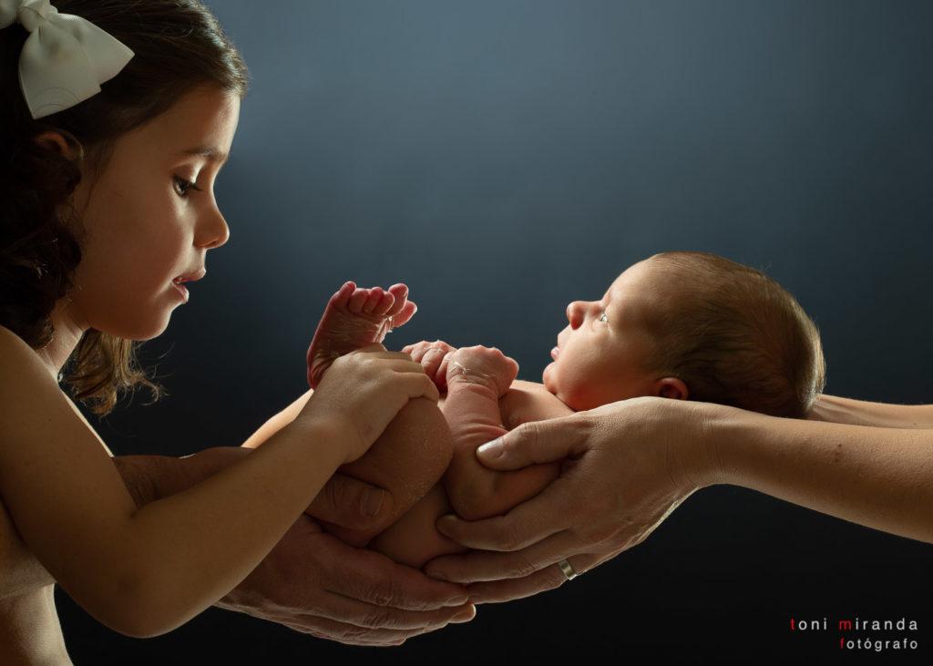 Fotografia profesional de newborn junto a su familia