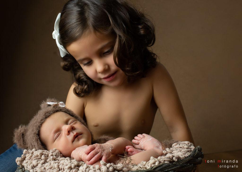 Hermanita cuidando bebe en sesion fotografica