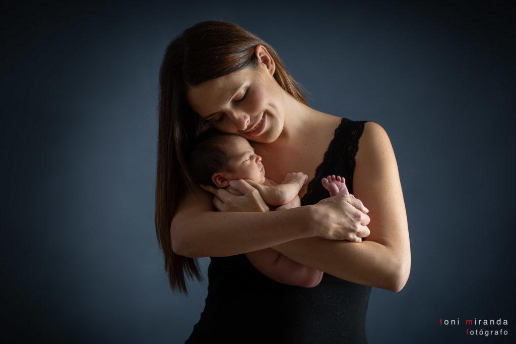 Mamá sujetando bebé en brazos