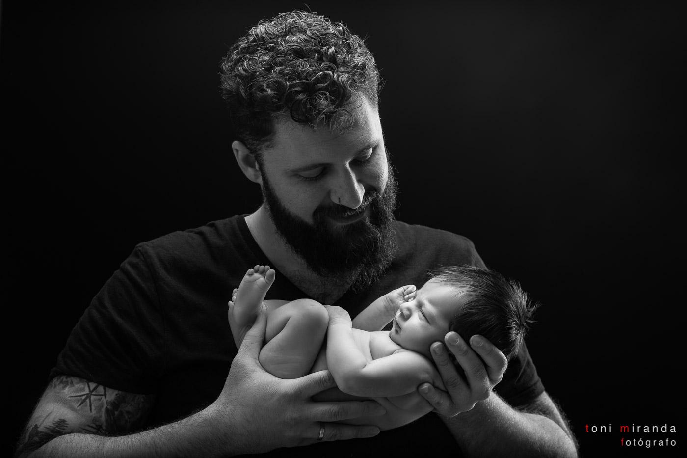 Newborn durmiendo en brazos de su papa