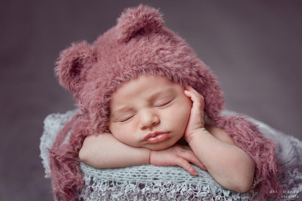 bebe en una cesta