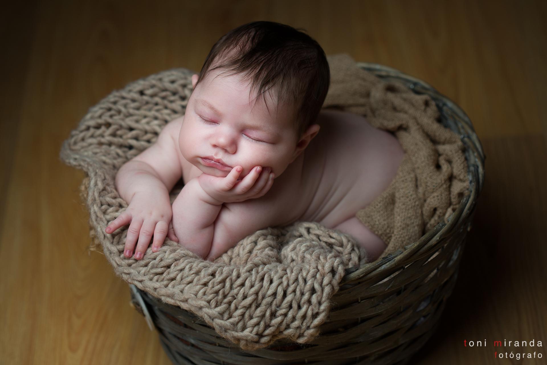 bebe durmiendo apoyado con una mano