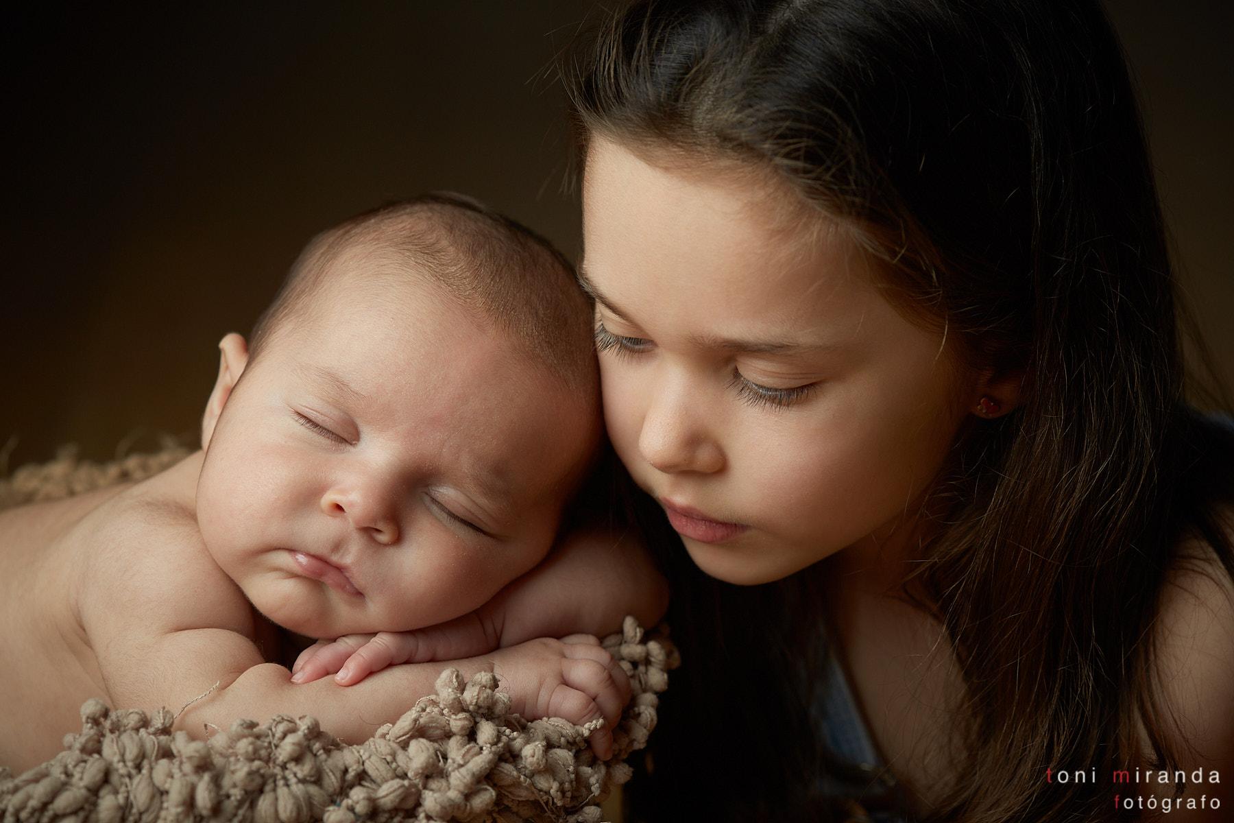 bebe con hermana durmiendo retratados en estudio