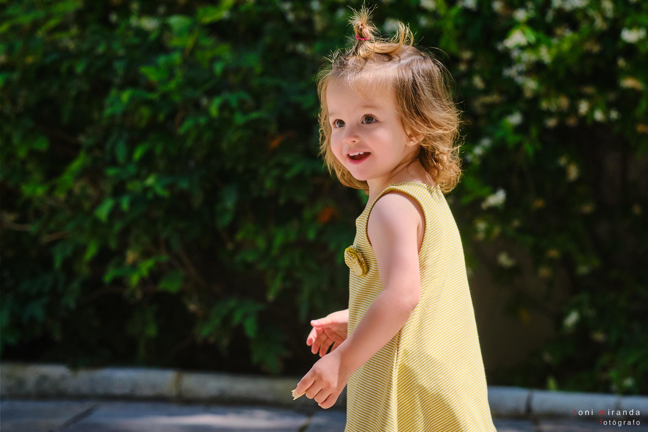 niña jugando en el parque