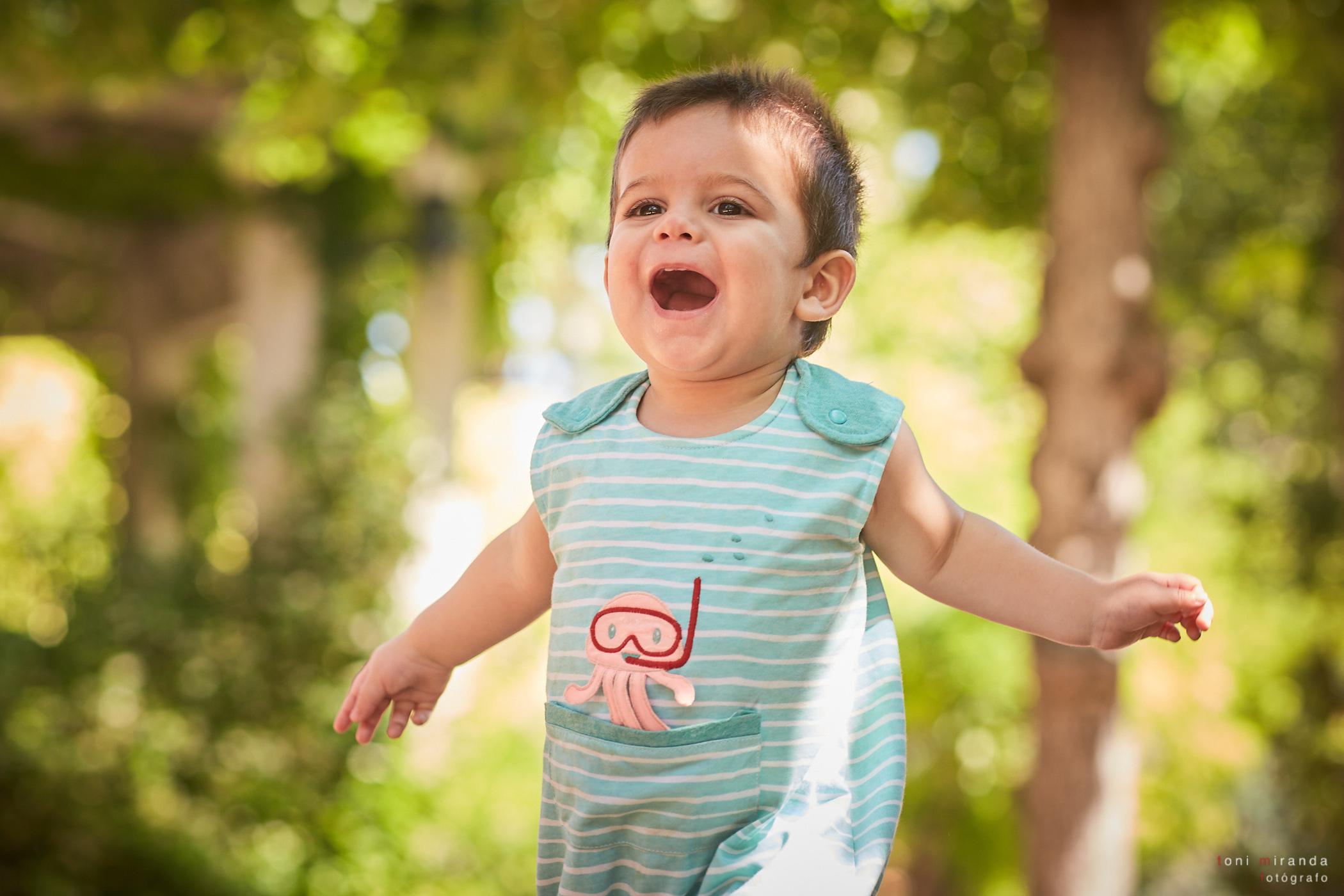 bebe de 17 meses corriendo por elparque