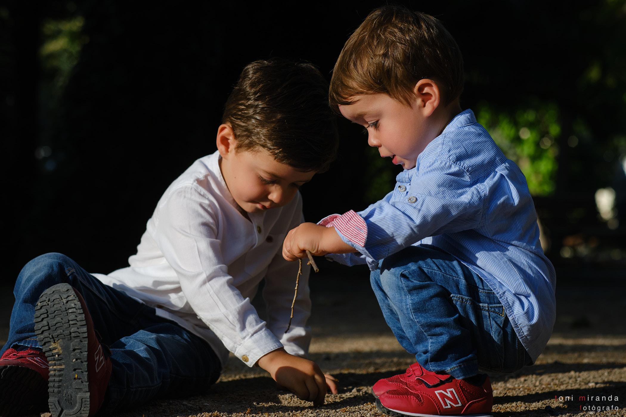 hermanos jugando con camisa en el parque