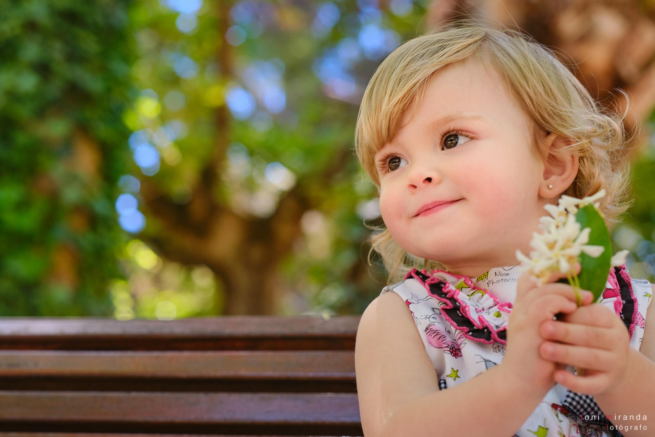 retrato niña en exterior con flores