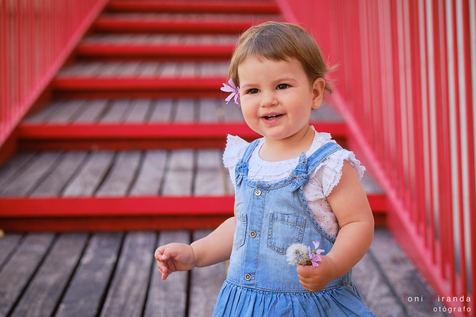 sesion en exteriores de niña caminando