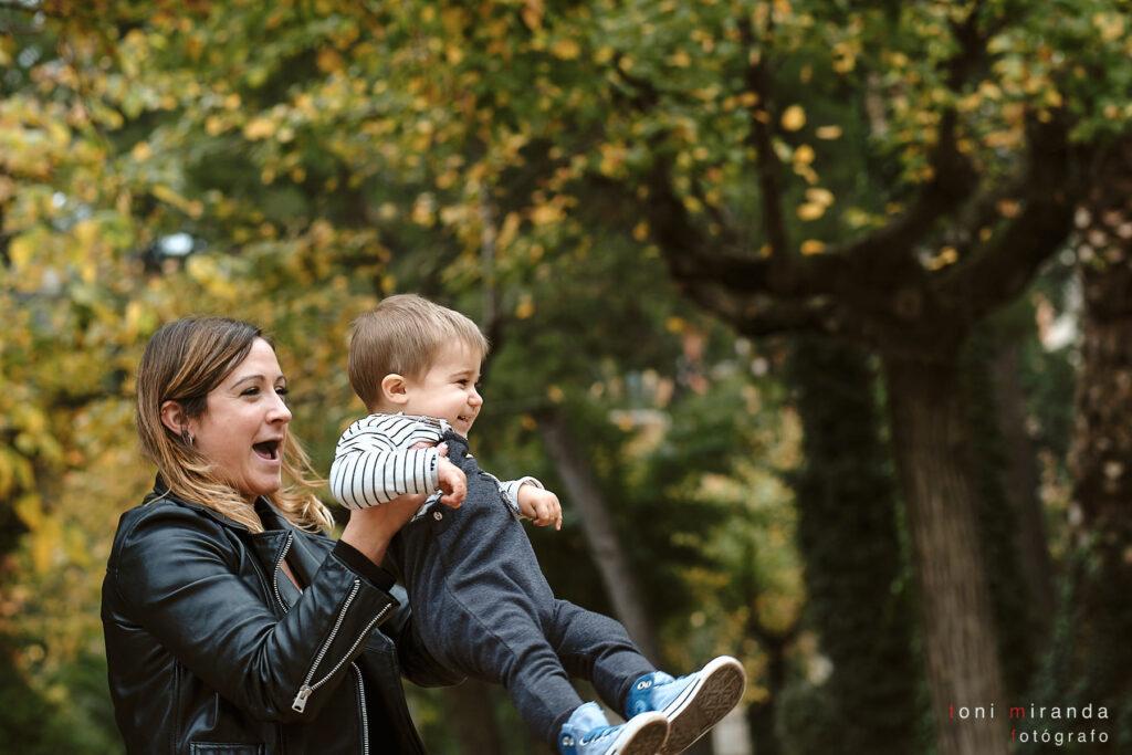 Niño jugando con su mama