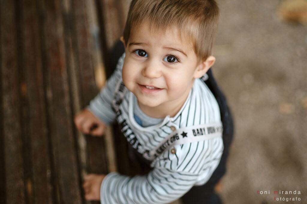 Niño mirando sonriente a la camara