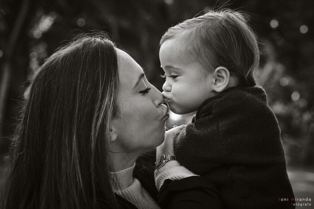 bebe con su mama dando un beso