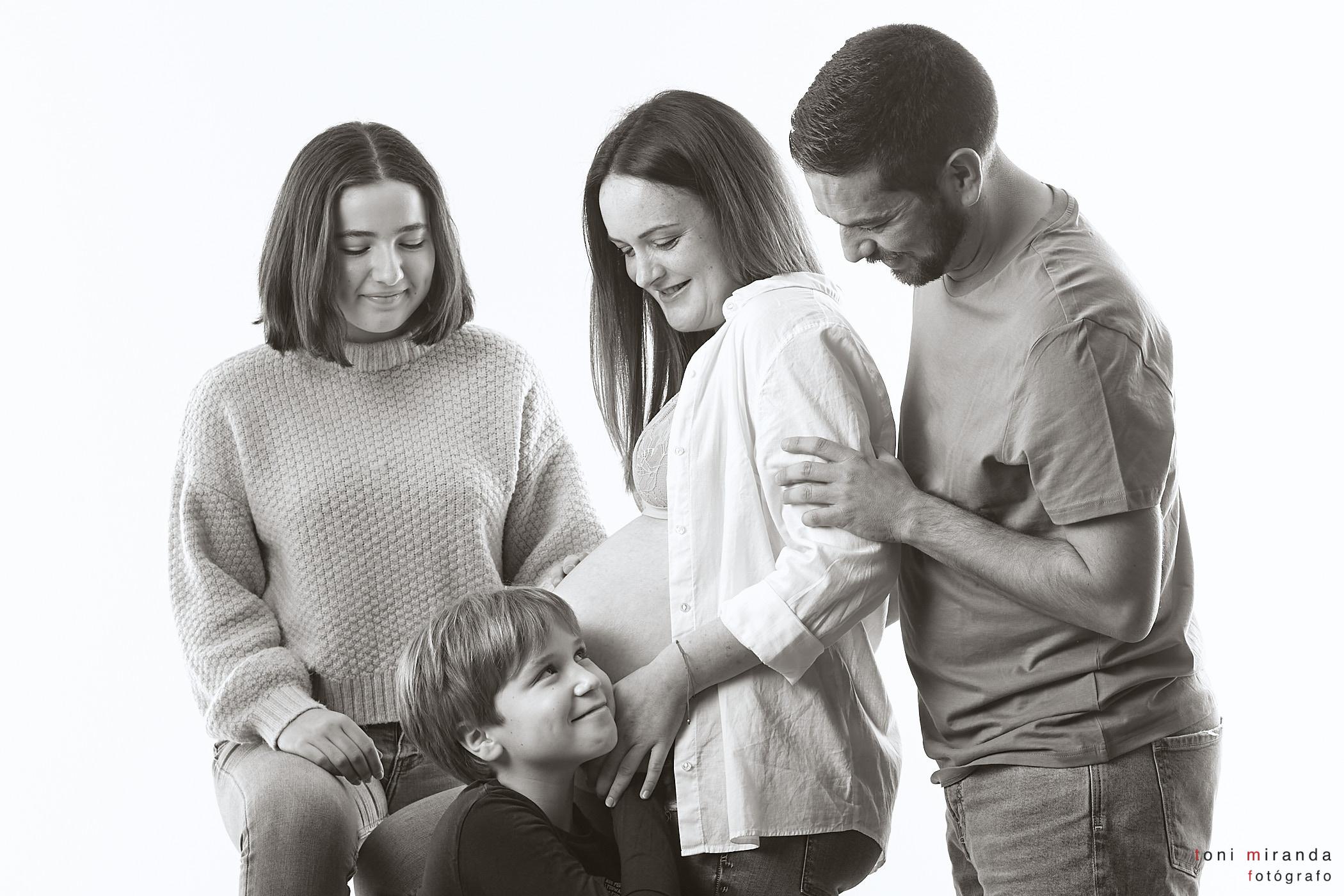 fotografia de familia en sesion estudio alcoy