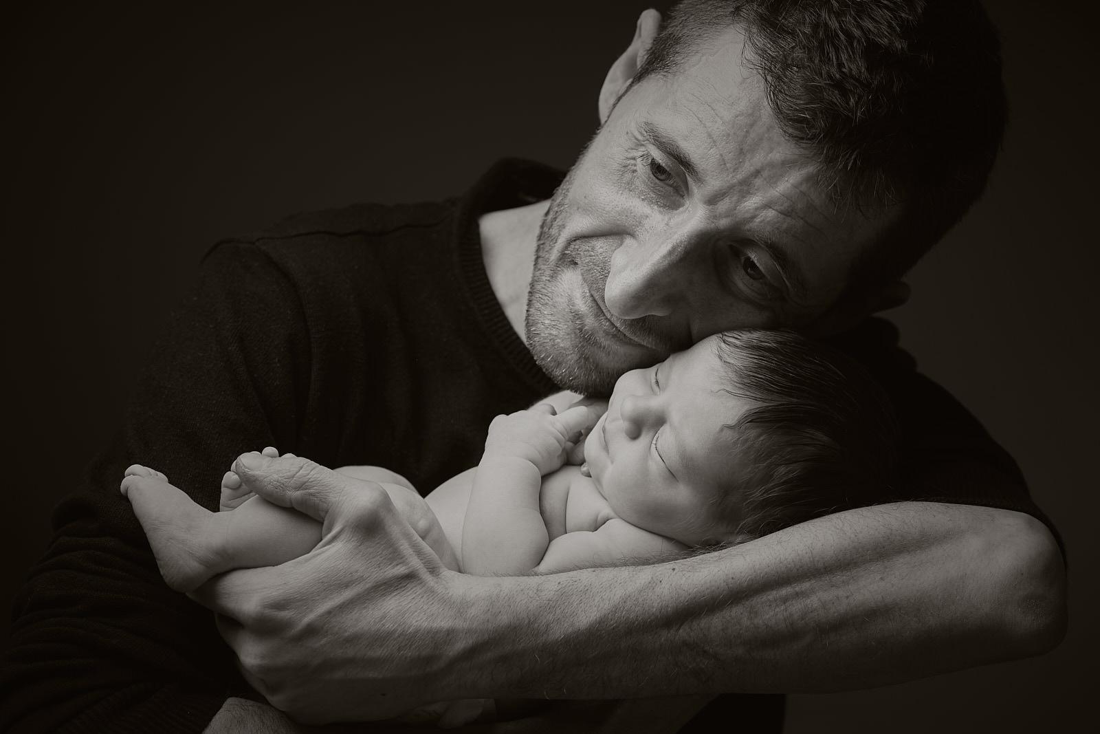 fotografia de newborn con papa en estudio