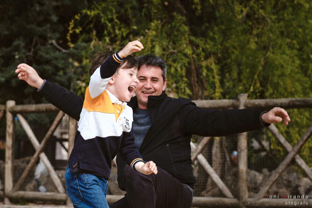 niño jugando con sus padres en parque