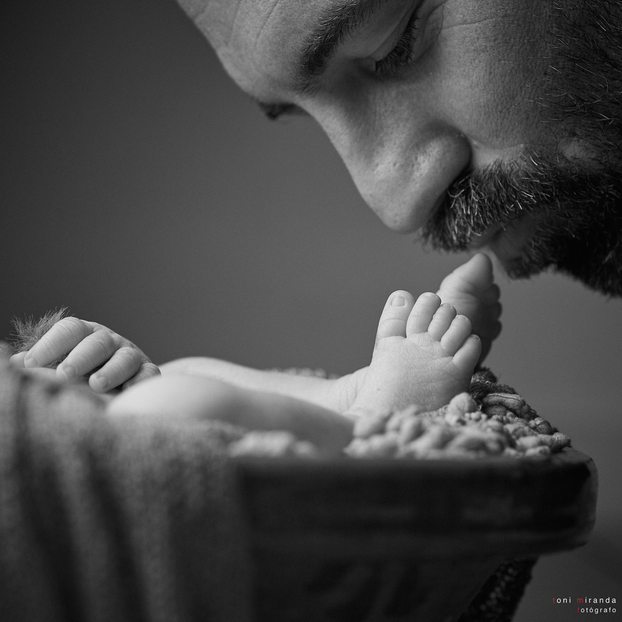 papá con su hija recién nacida