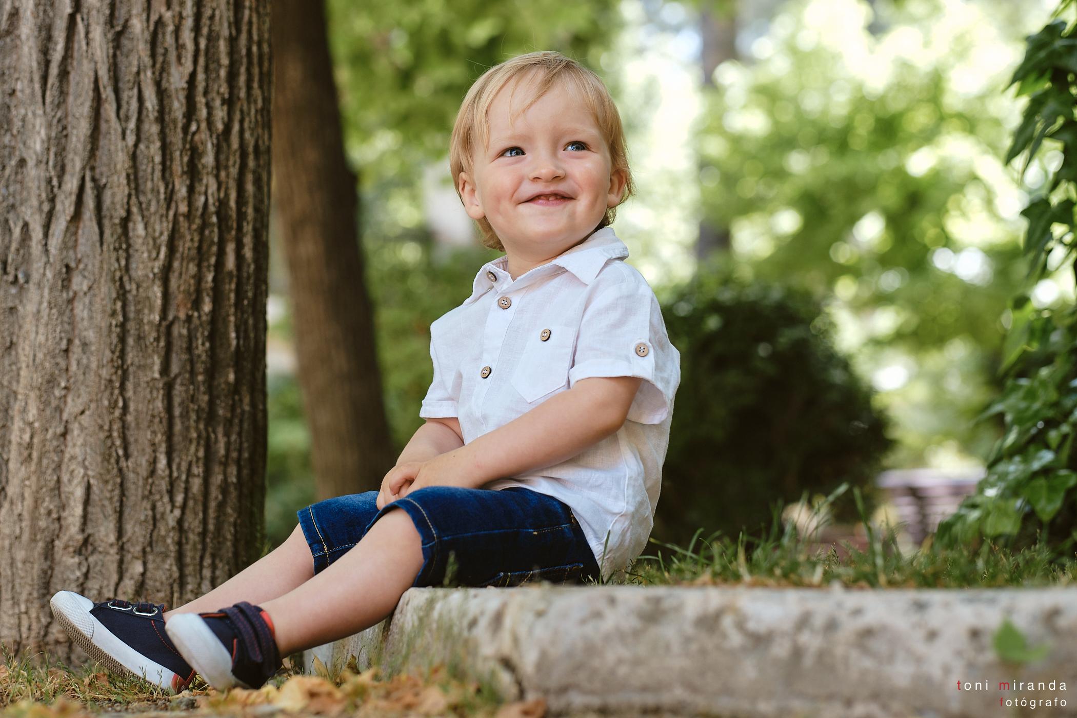 Niño pequeño jugando en el bosque