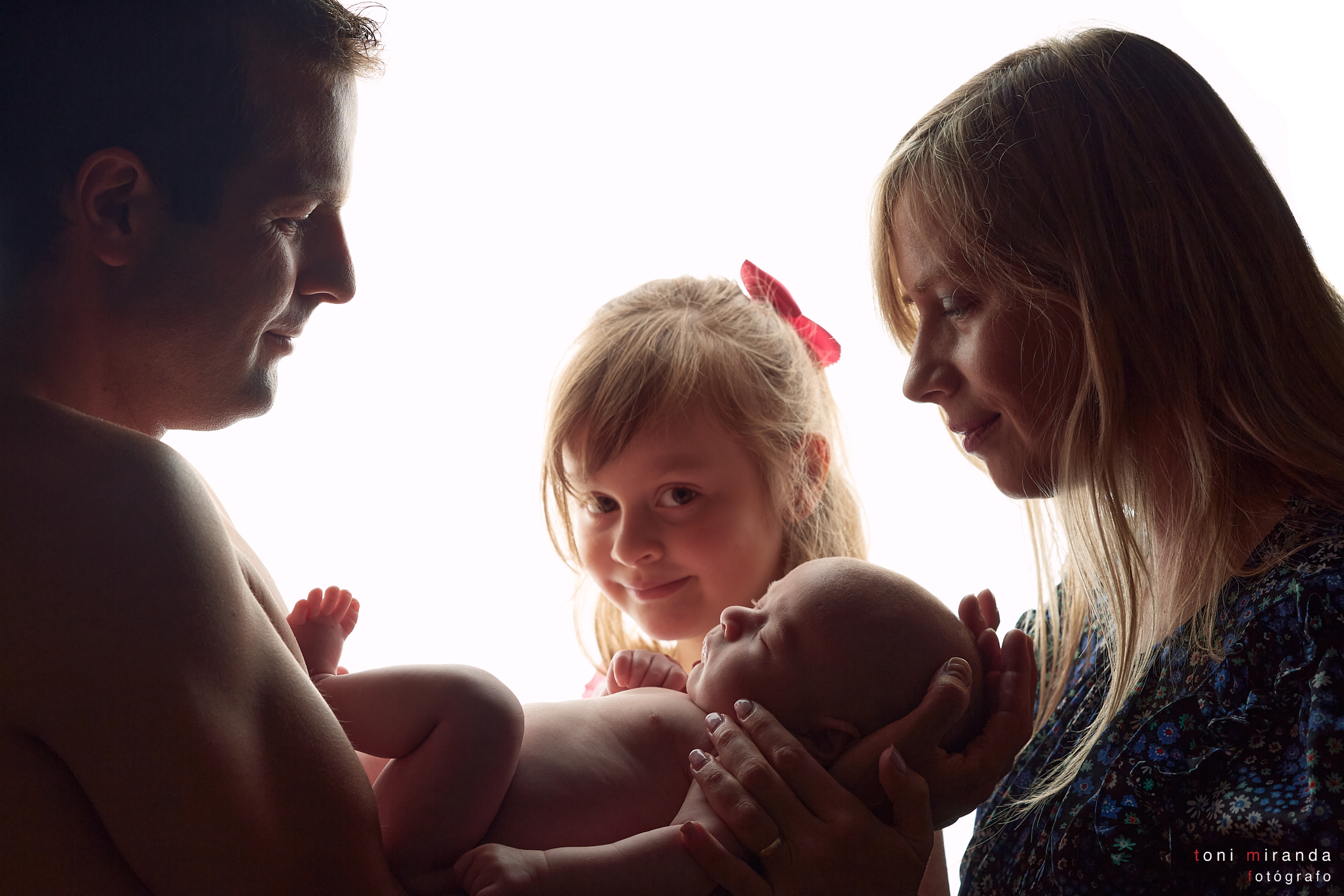 Familia junto bebe recien nacido