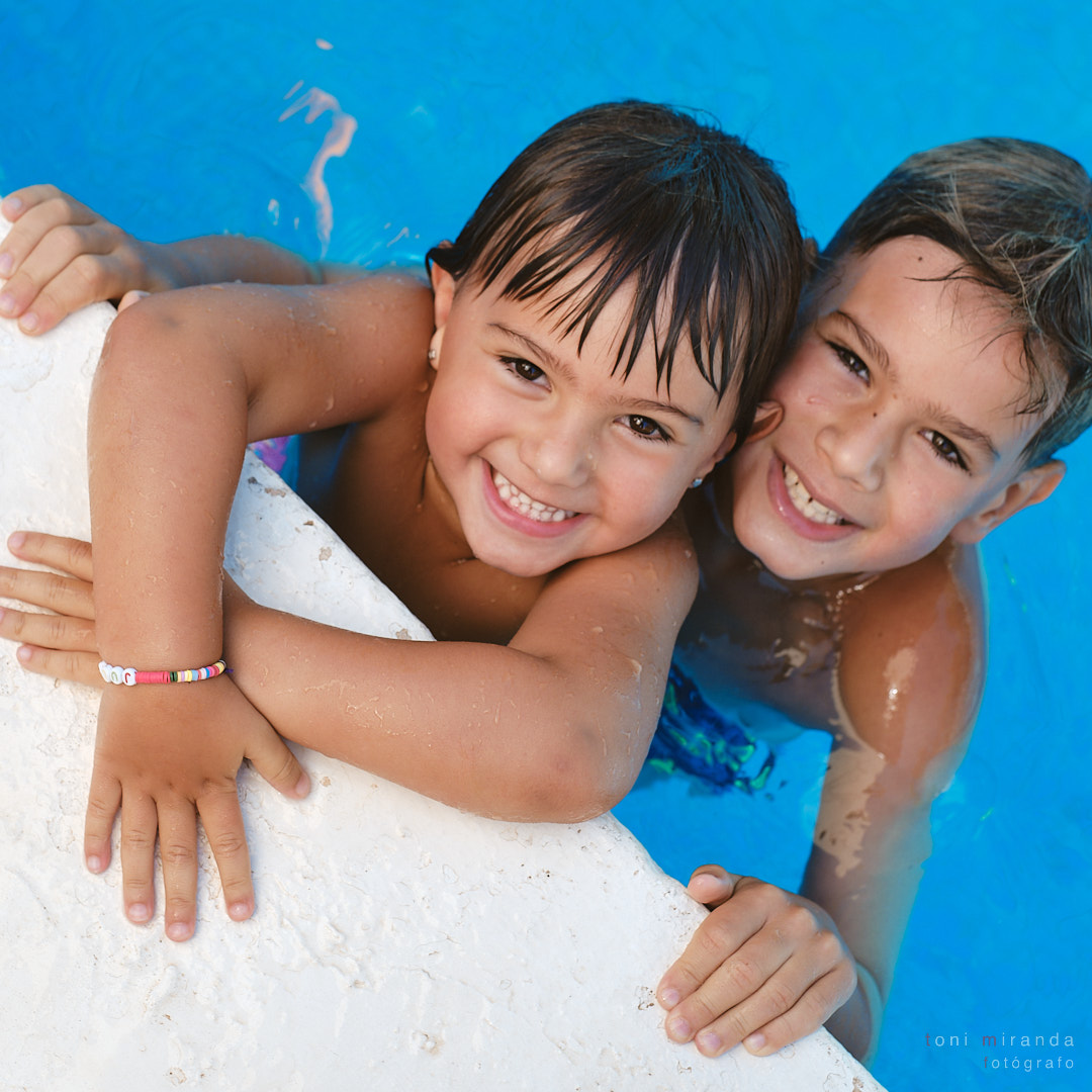 Hermanos disfrutando de la piscina