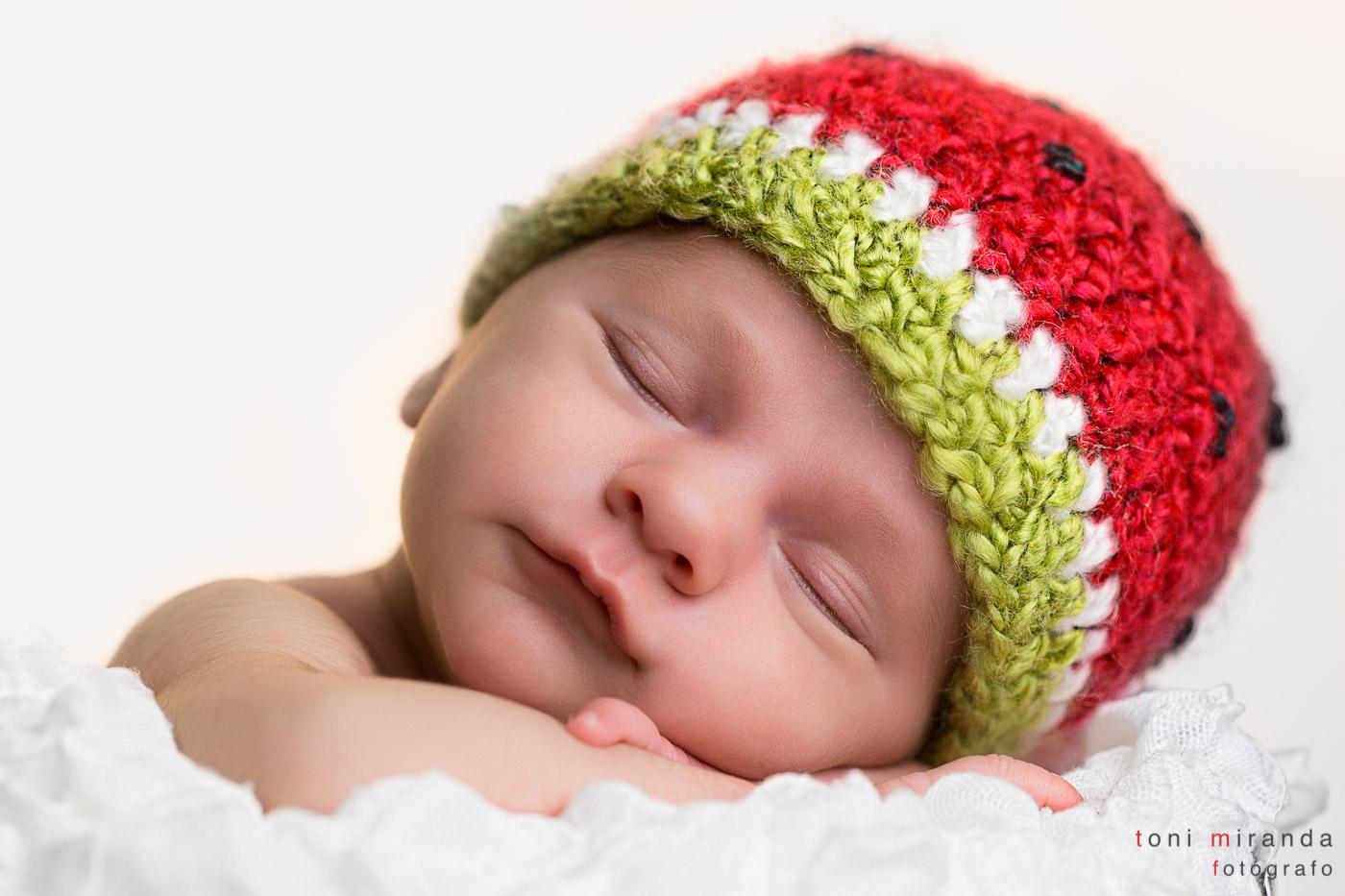 recién nacido durmiendo con gordito de fresa