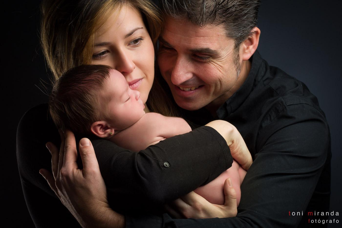 Recién nacida en brazos de sus padres