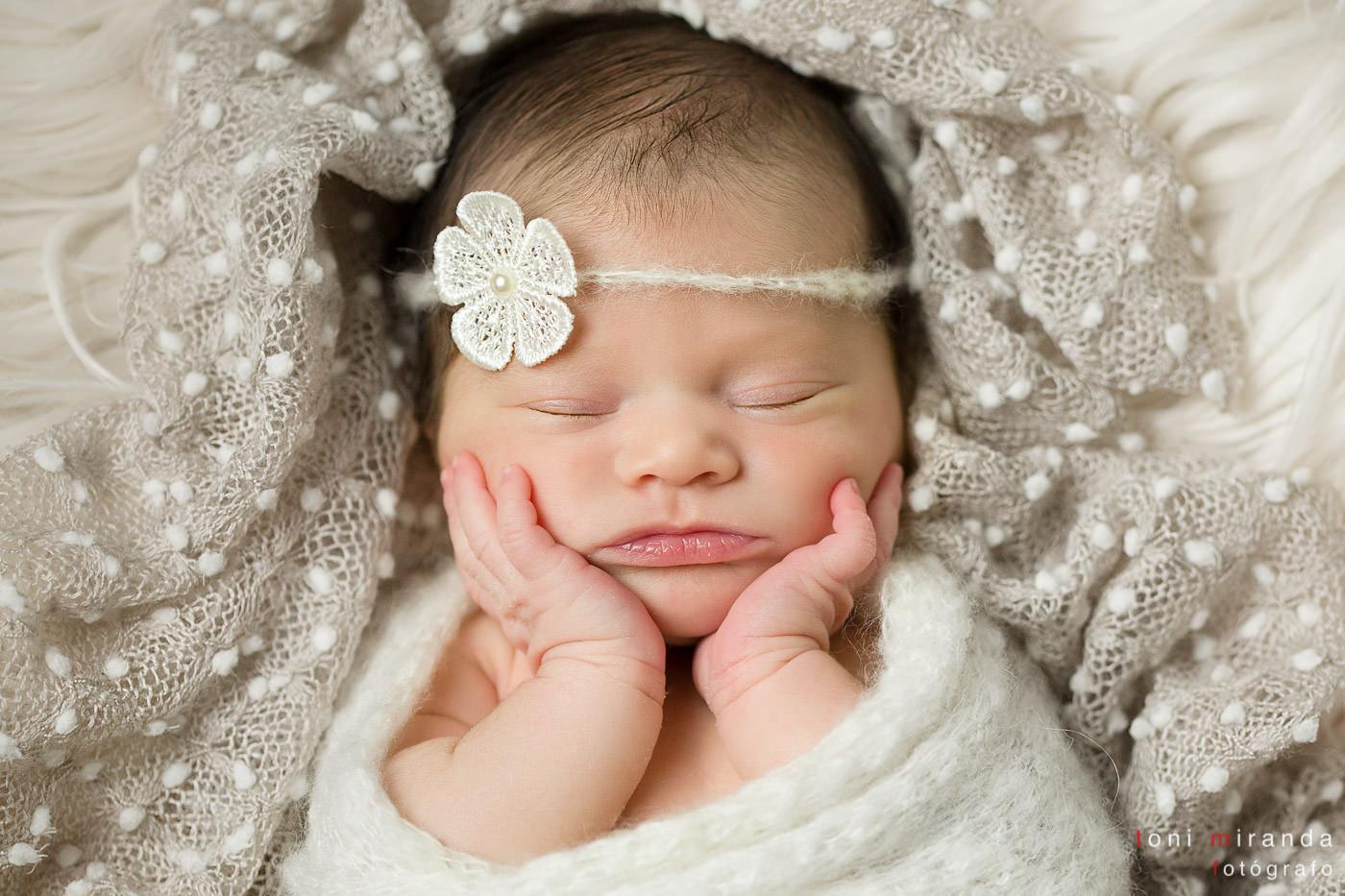 recién nacida durmiendo con diadema de flores