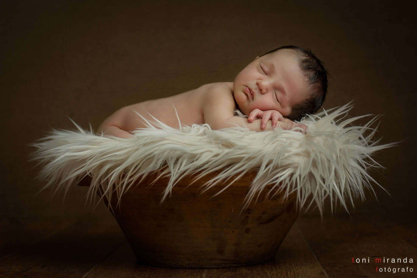 recién nacido durmiendo en vasija de barro