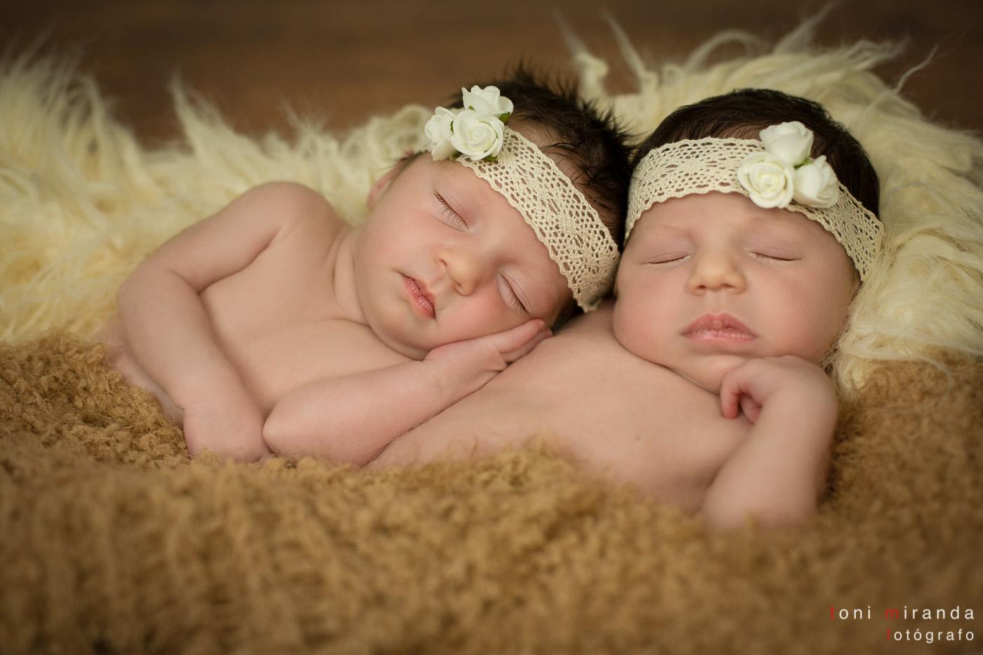 recién nacidas new born mellizas durmiendo con puntilla en la cabeza