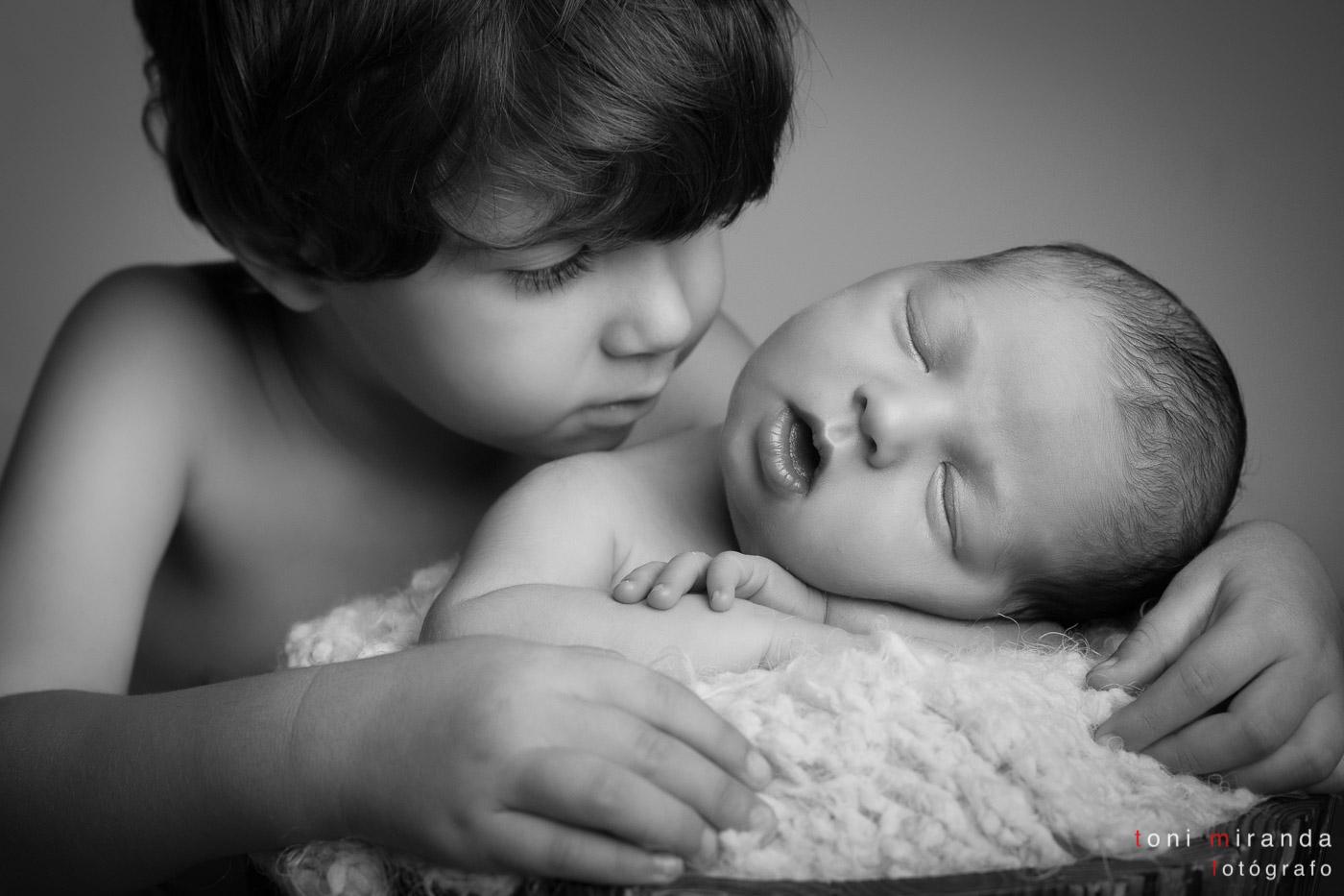 hermanos en estudio recien nacido