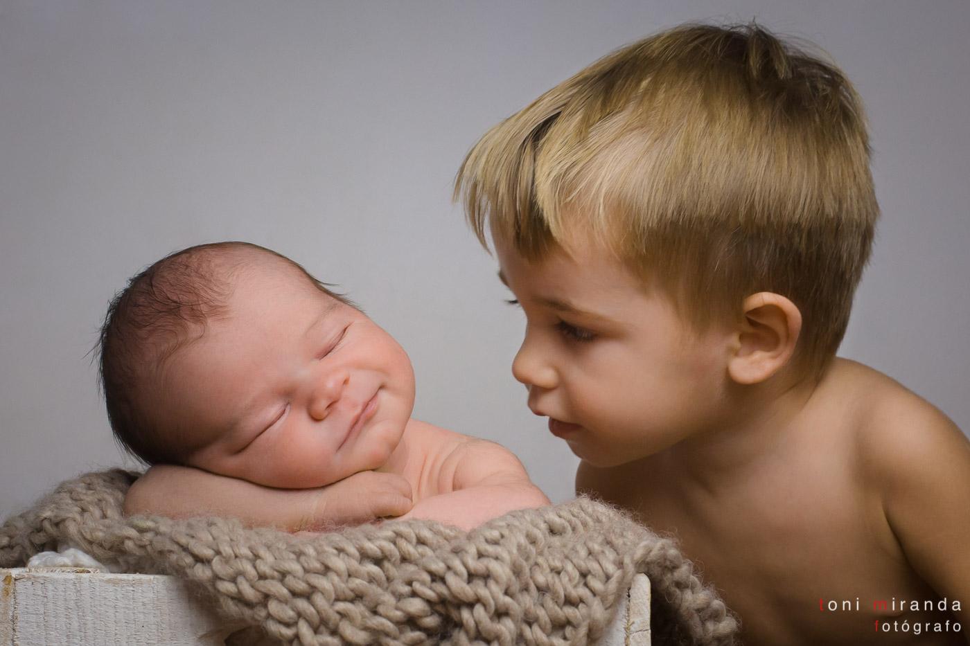 fotografias de recien nacido con su hermano en Alcoy