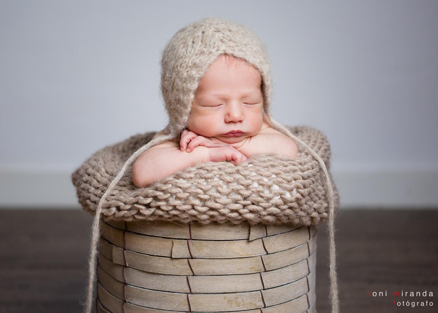 bebe durmiendo en cesta con gorrito