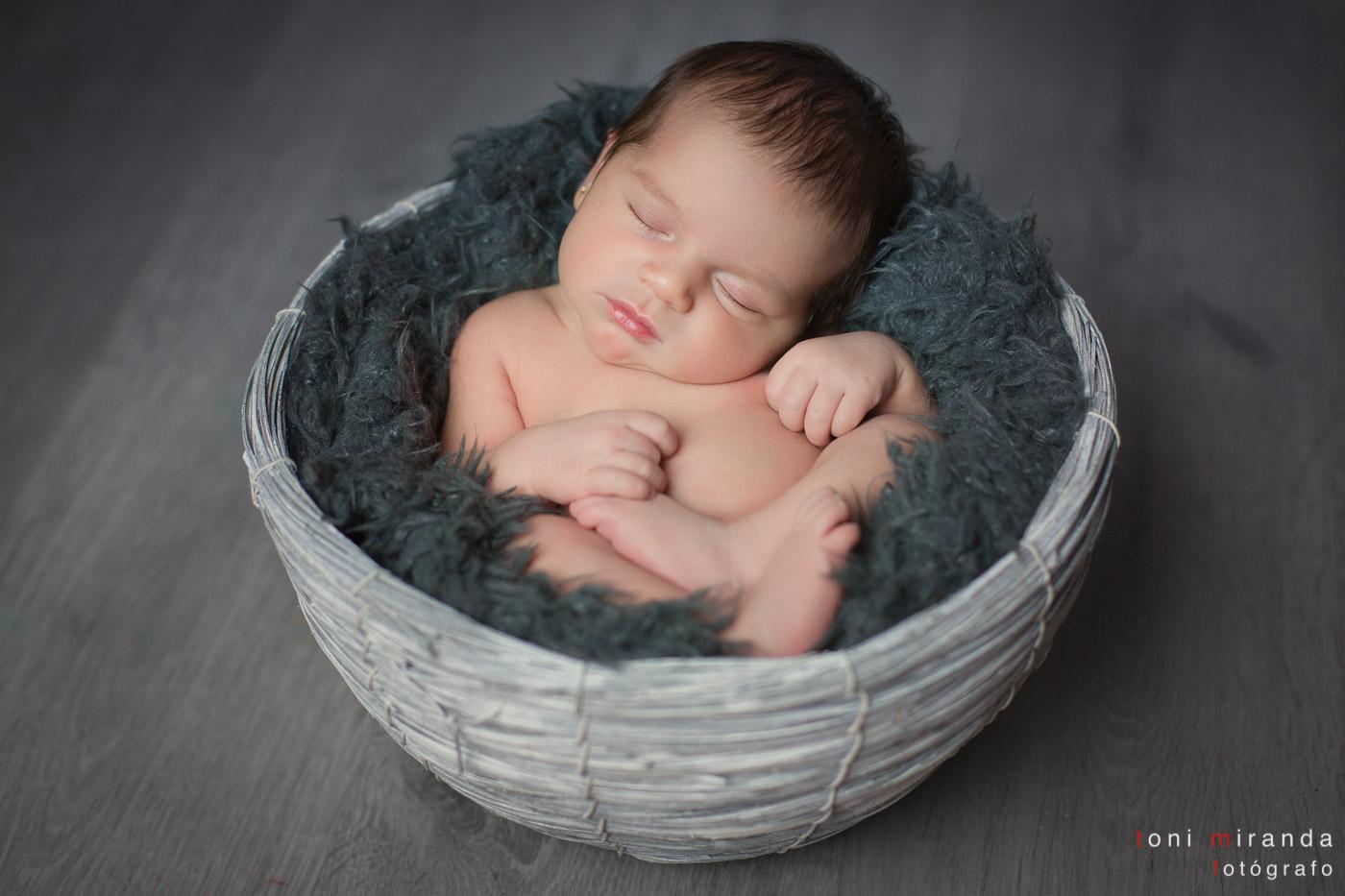 recien nacida en cesto sesion de new born