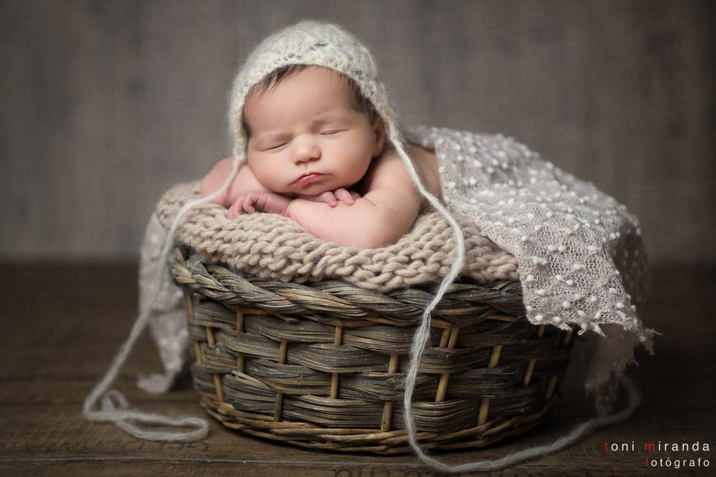 recien nacida con props dentro ce cesta