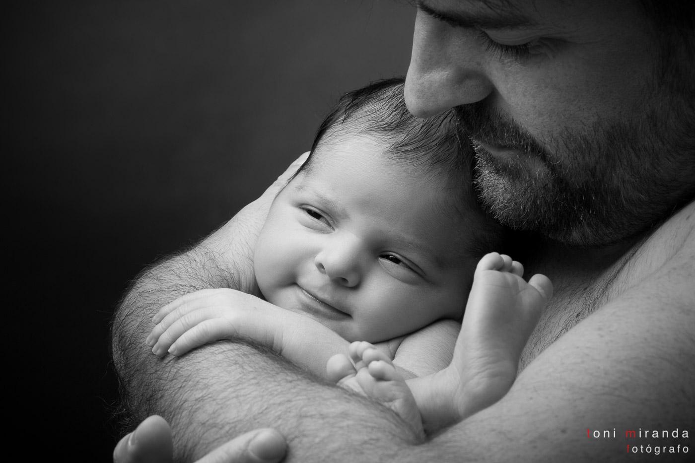 recien necido sonriendo con su padre