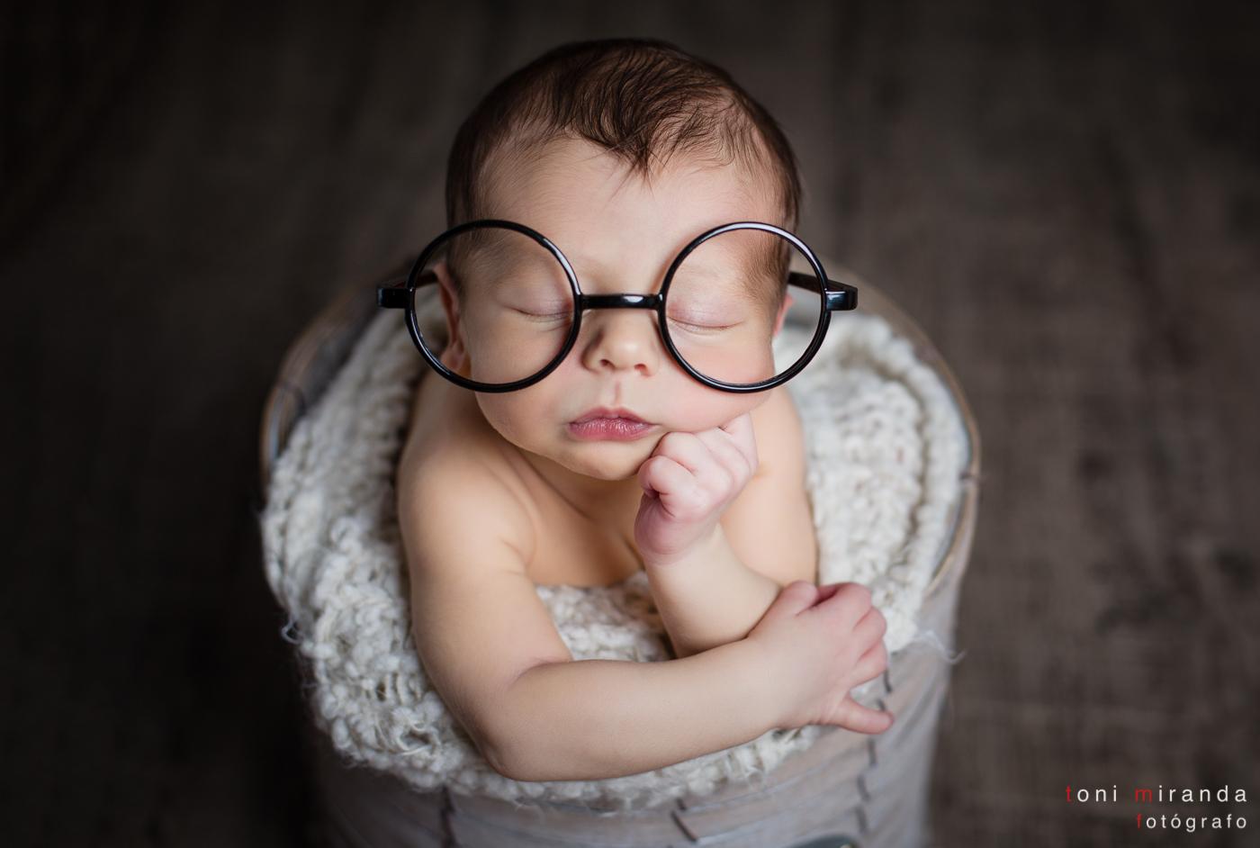 bebe con gafas