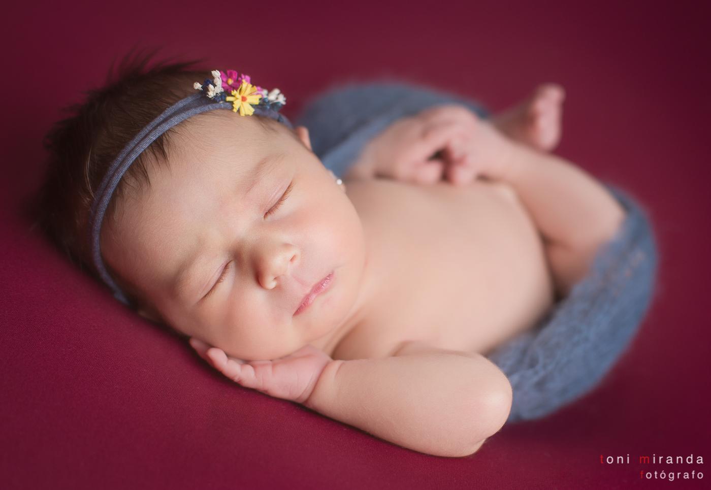 bebe durmiendo flores en el pelo