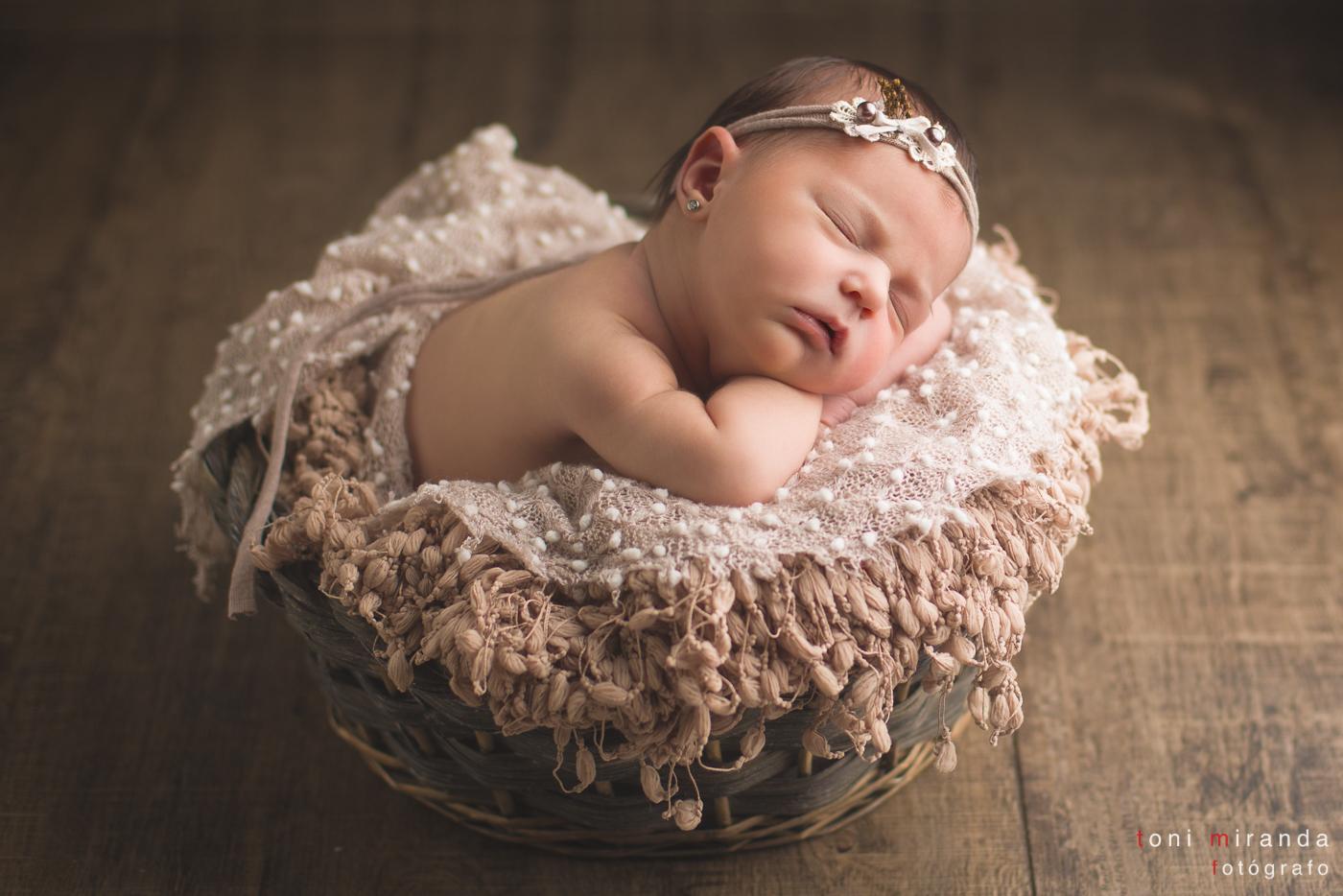 recien nacida durmiendo en cesta