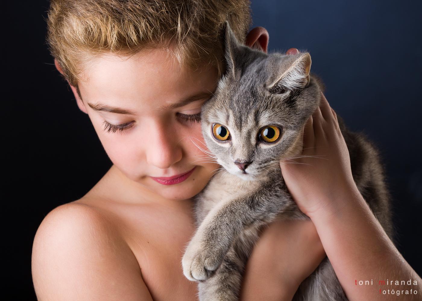 retrato niño con mascota