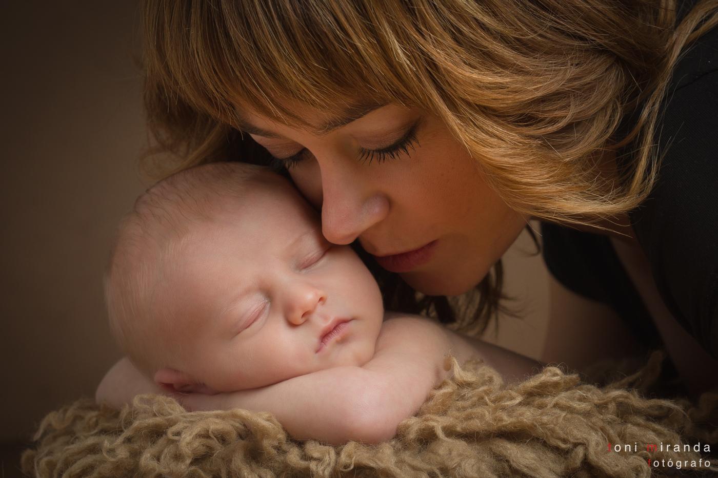 mama con bebe newborn