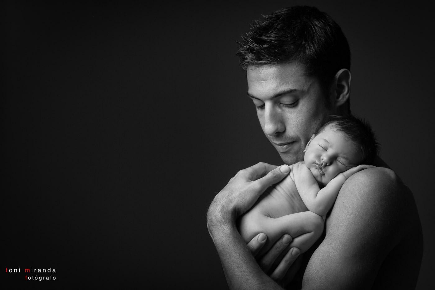 bebe con su padre recien nacida