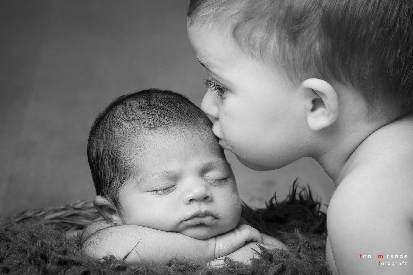 hermana besando a su hermana recien nacida