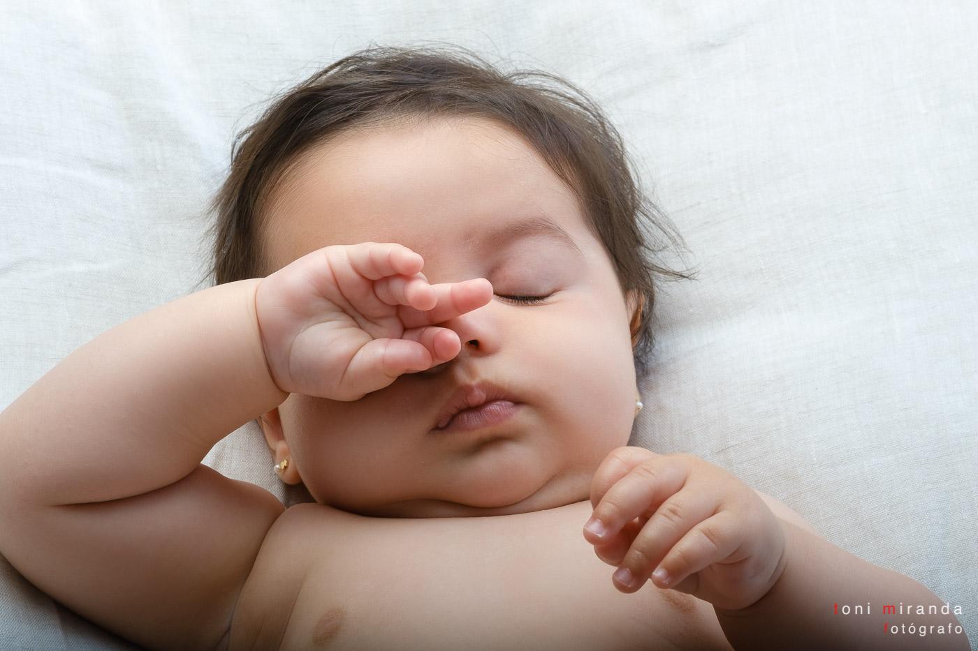 Bebe durmiendo en sesion fotografica