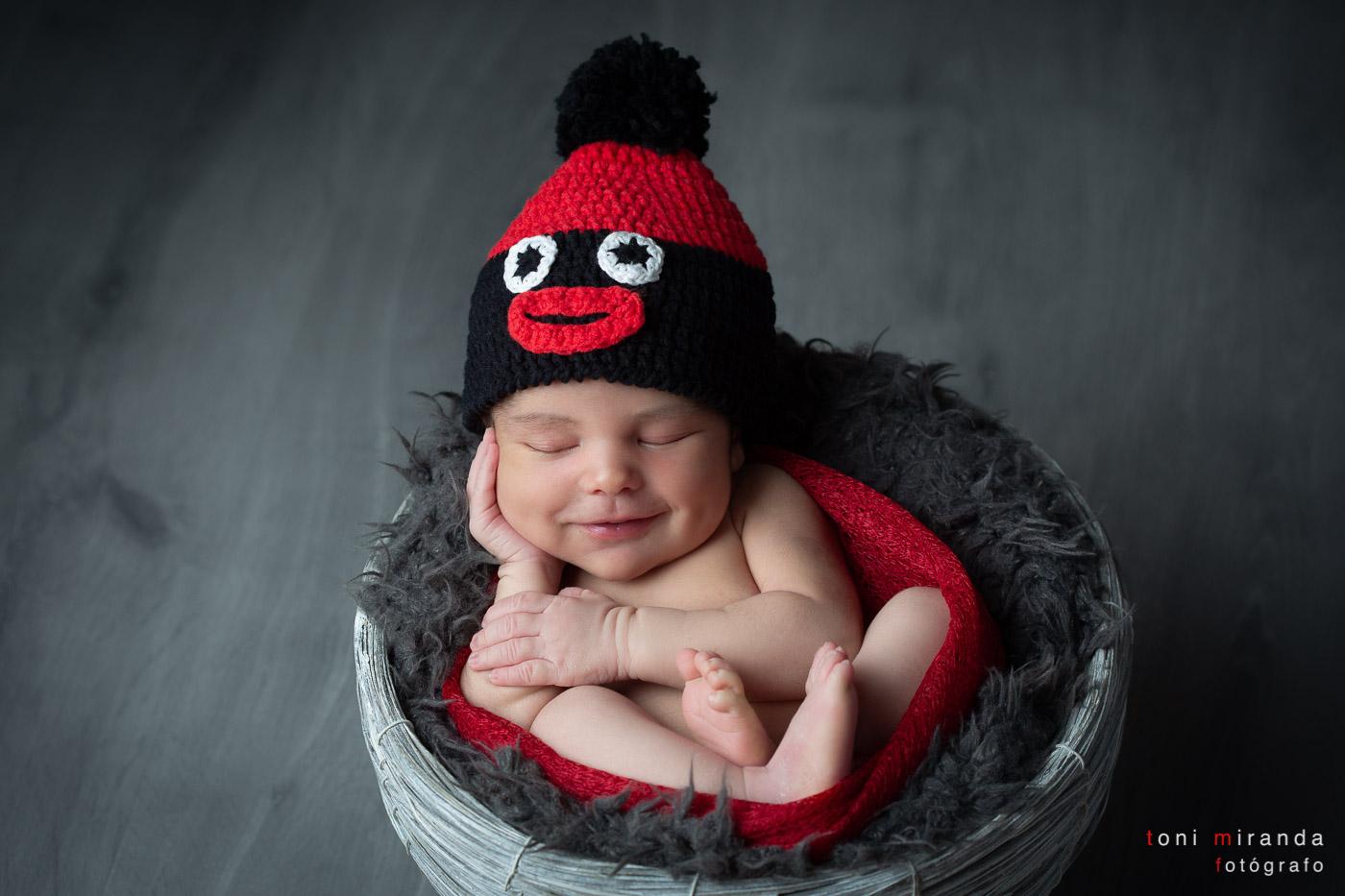 Bebé con gorrito de paje de Reyes magos de Alcoy