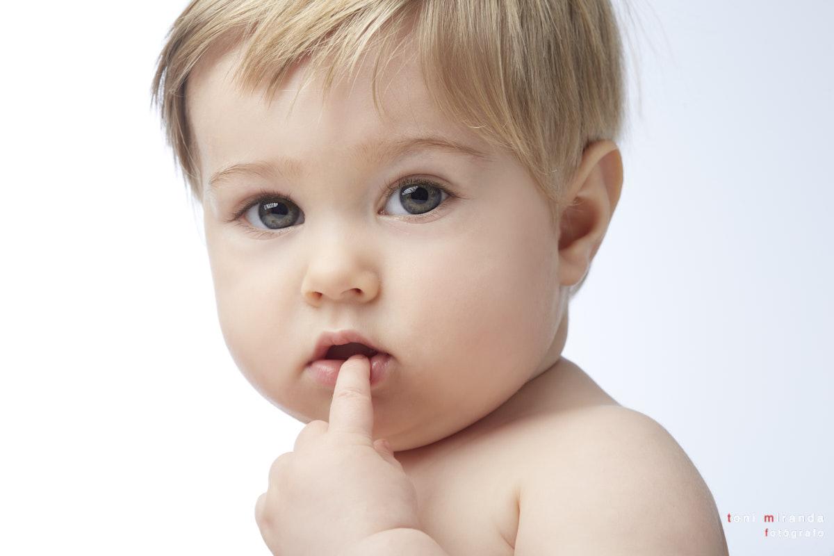 bebe tierno con dedo en la boca