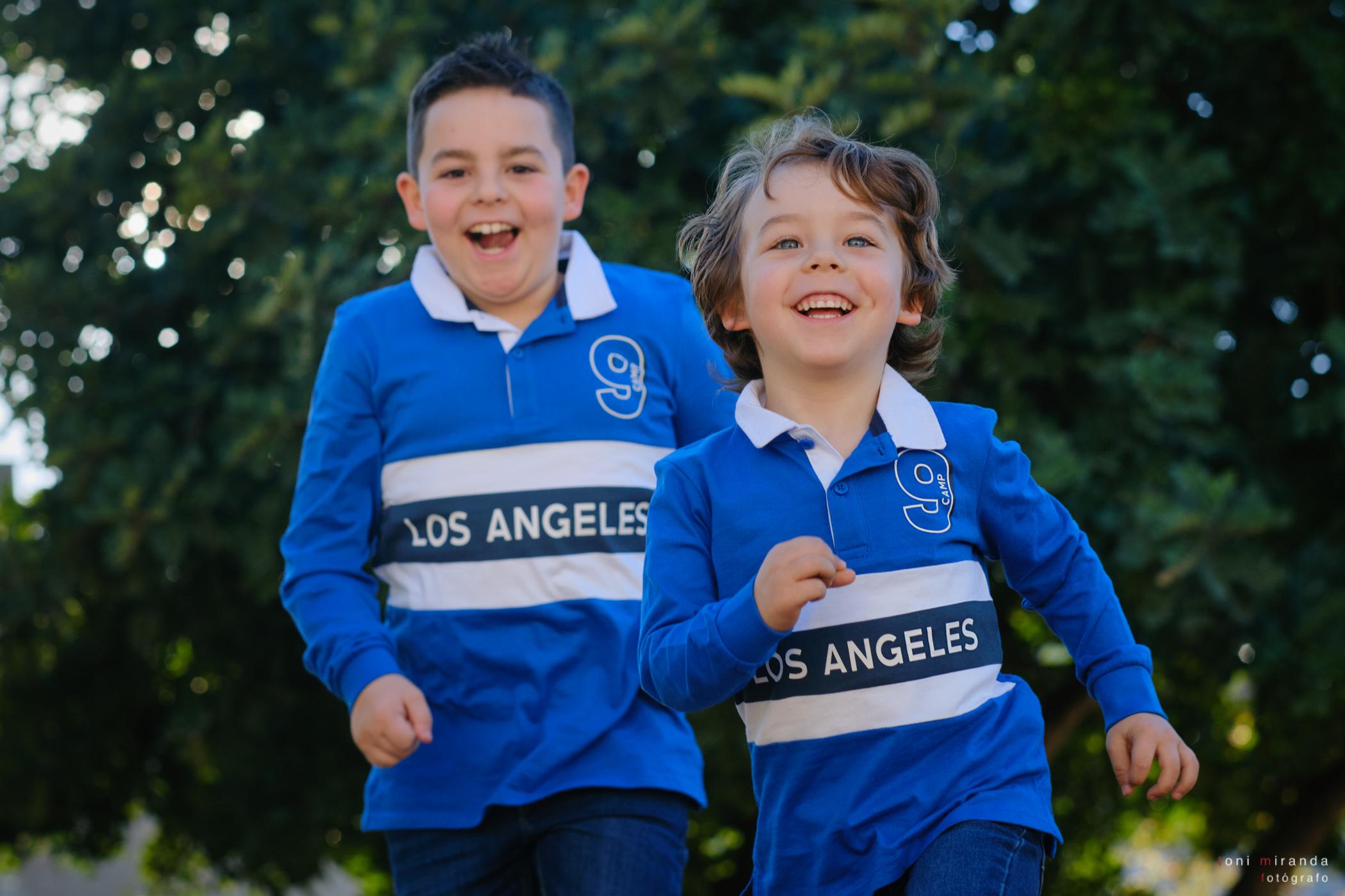Hermanitos corriendo juntos en el parque
