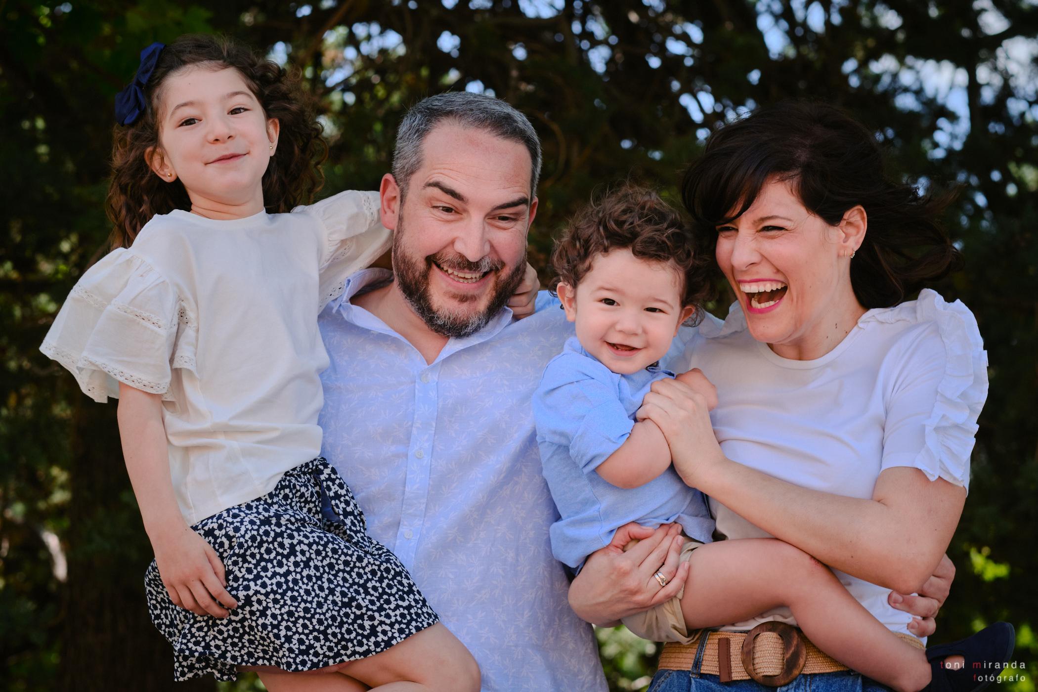 familia feliz con dos hijos