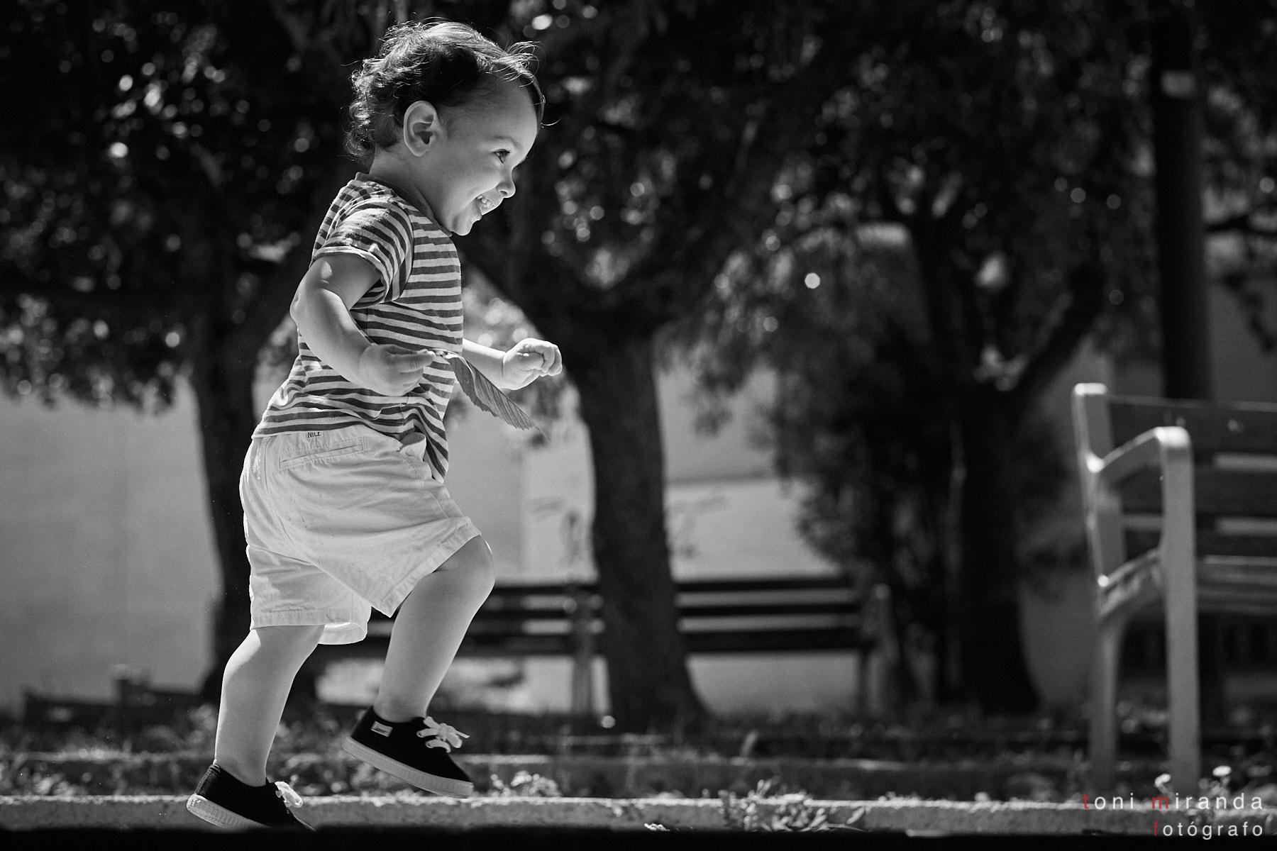 bebe corriendo en parque de Alcoy